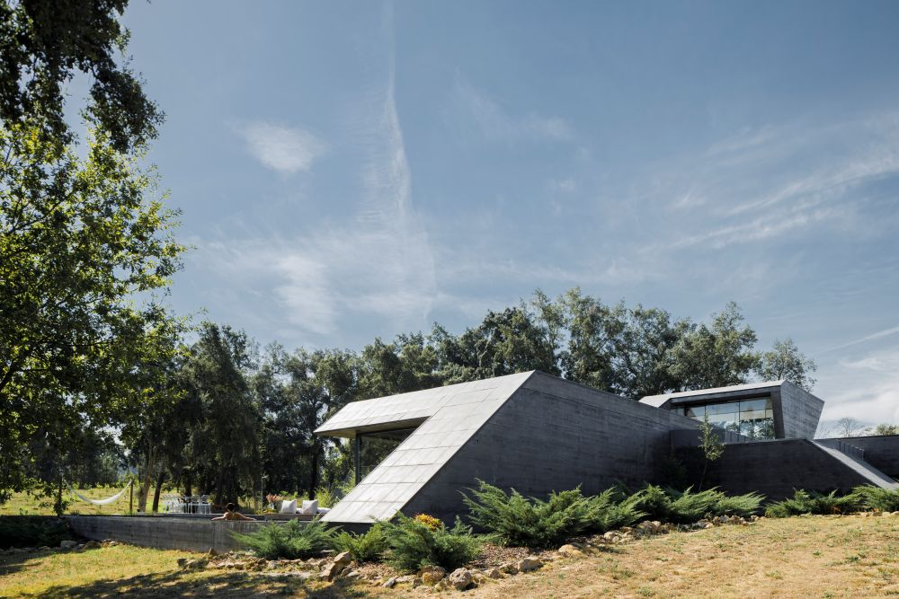 The layout and orientation of the house also favor the beautiful panoramas