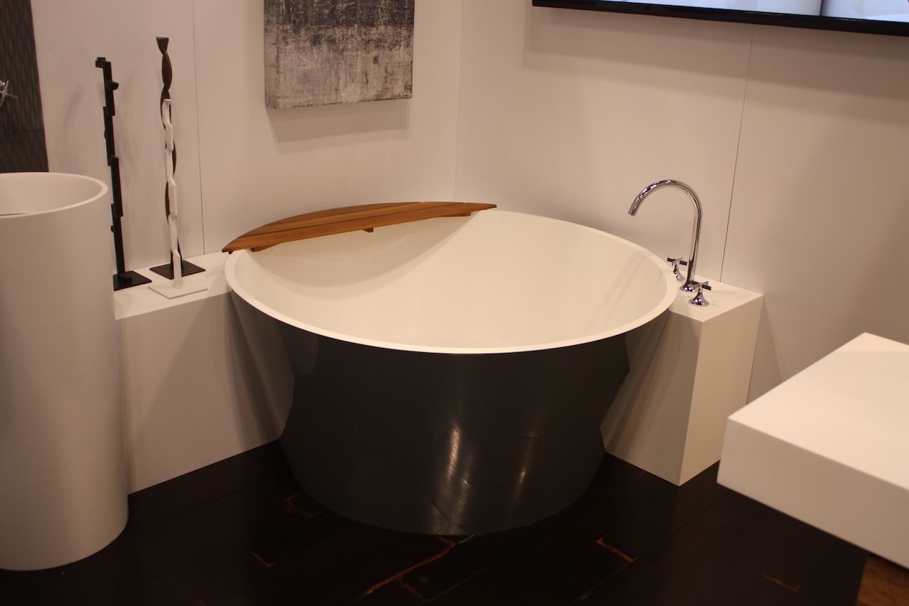 What a stylish way to fit a round tub in a square space.