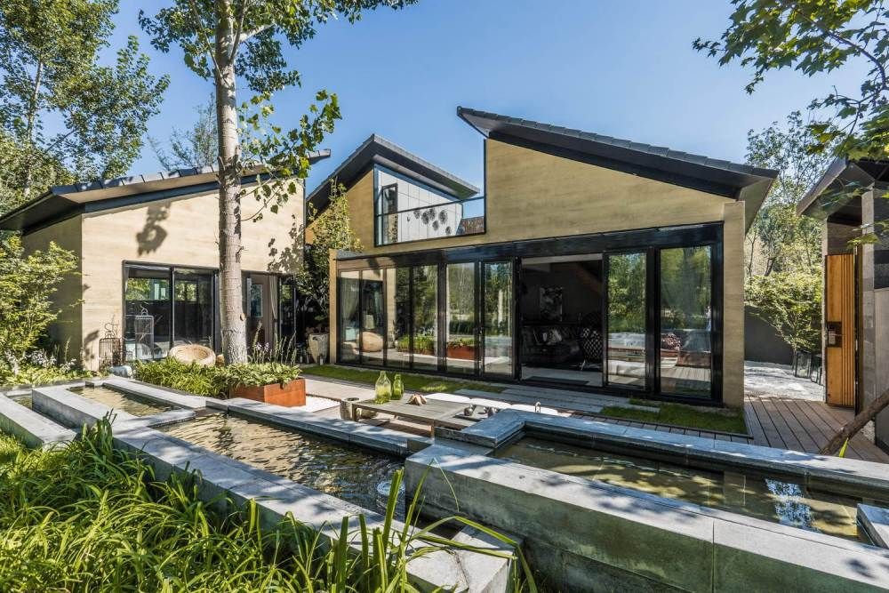 The house itself is a modern reinterpretation of traditional Chinese architecture
