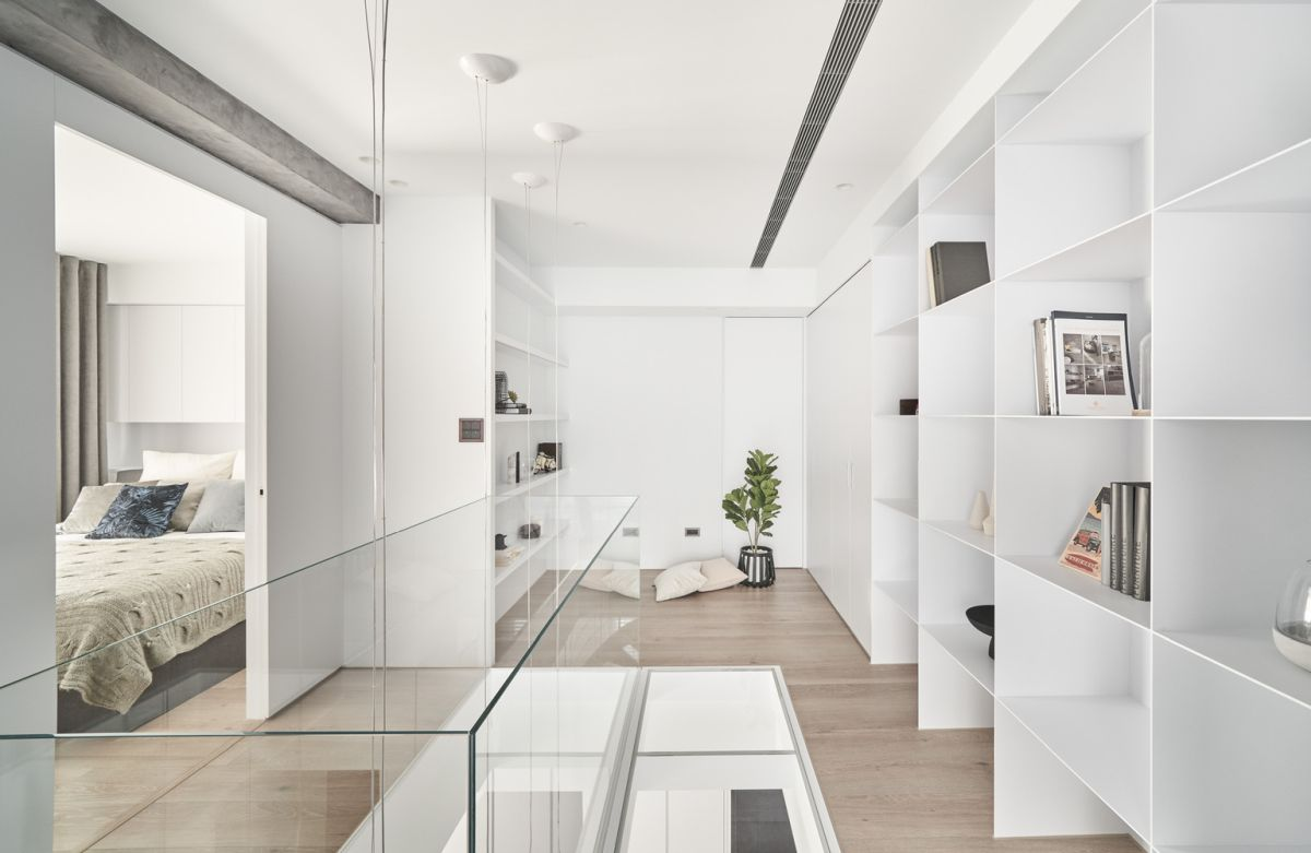 The selection of colors, materials and finishes give the house a very modern, light and comfortable look