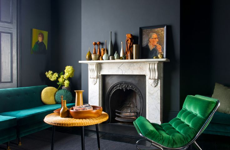 Dramtic living room design and coffee table decorate with vases