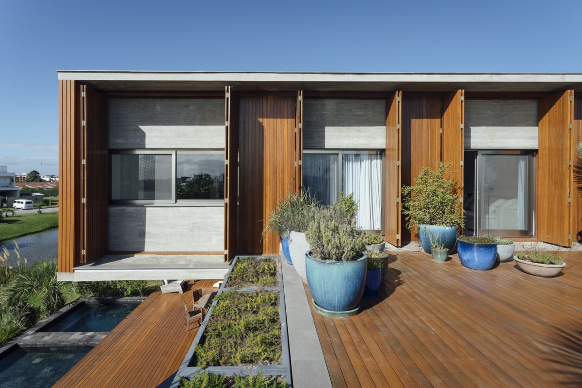 The relationship between the indoor and the outdoor is very strong and becomes a defining characteristic of the house