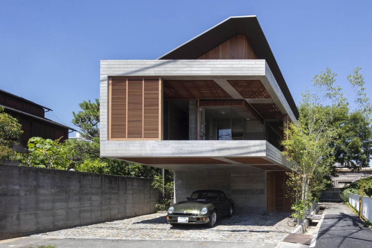 The reinforced concrete structure gives the house a strong and massive look