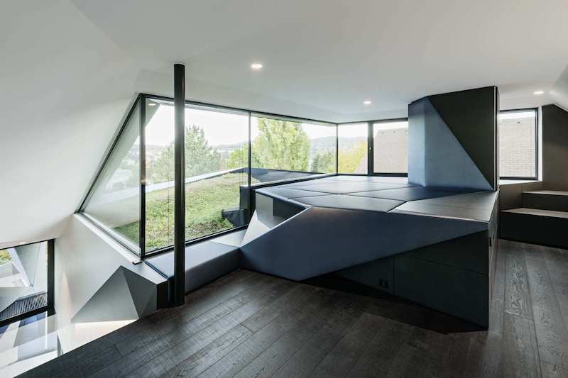 The wooden floor warms the decor and complements the geometry of the space