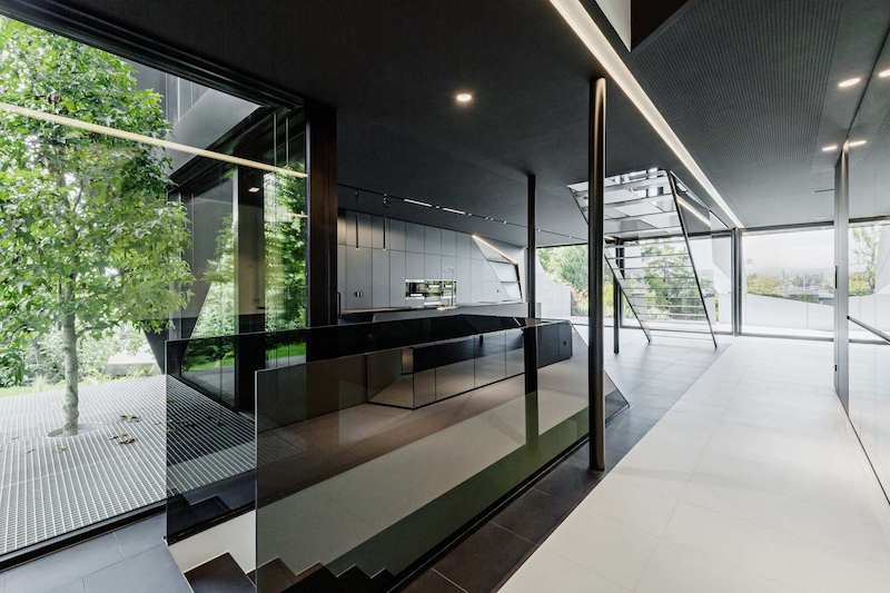 The transition between the interior spaces and the courtyard and garden is very smooth and almost seamless