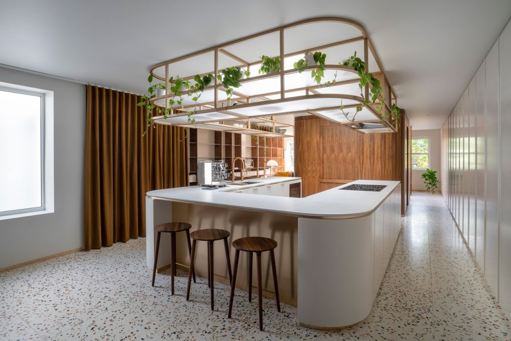 The kitchen has a simple but spectacular design with a big U-shaped island at a centerpiece