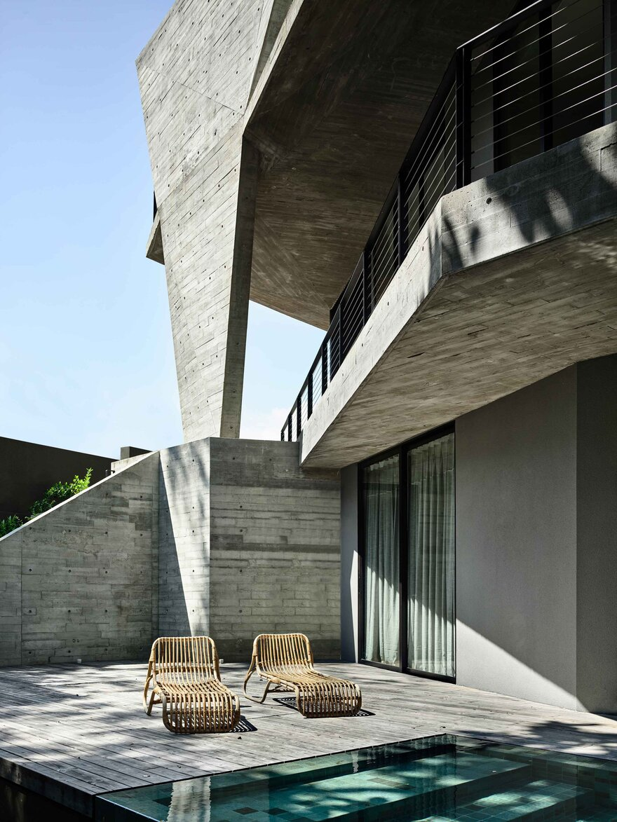 The indoor and outdoor areas are closely and seamlessly connected thanks to the house's unique architecture