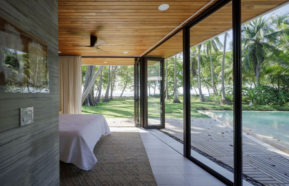 Large windows and glass doors open up the rooms towards the courtyard and the views