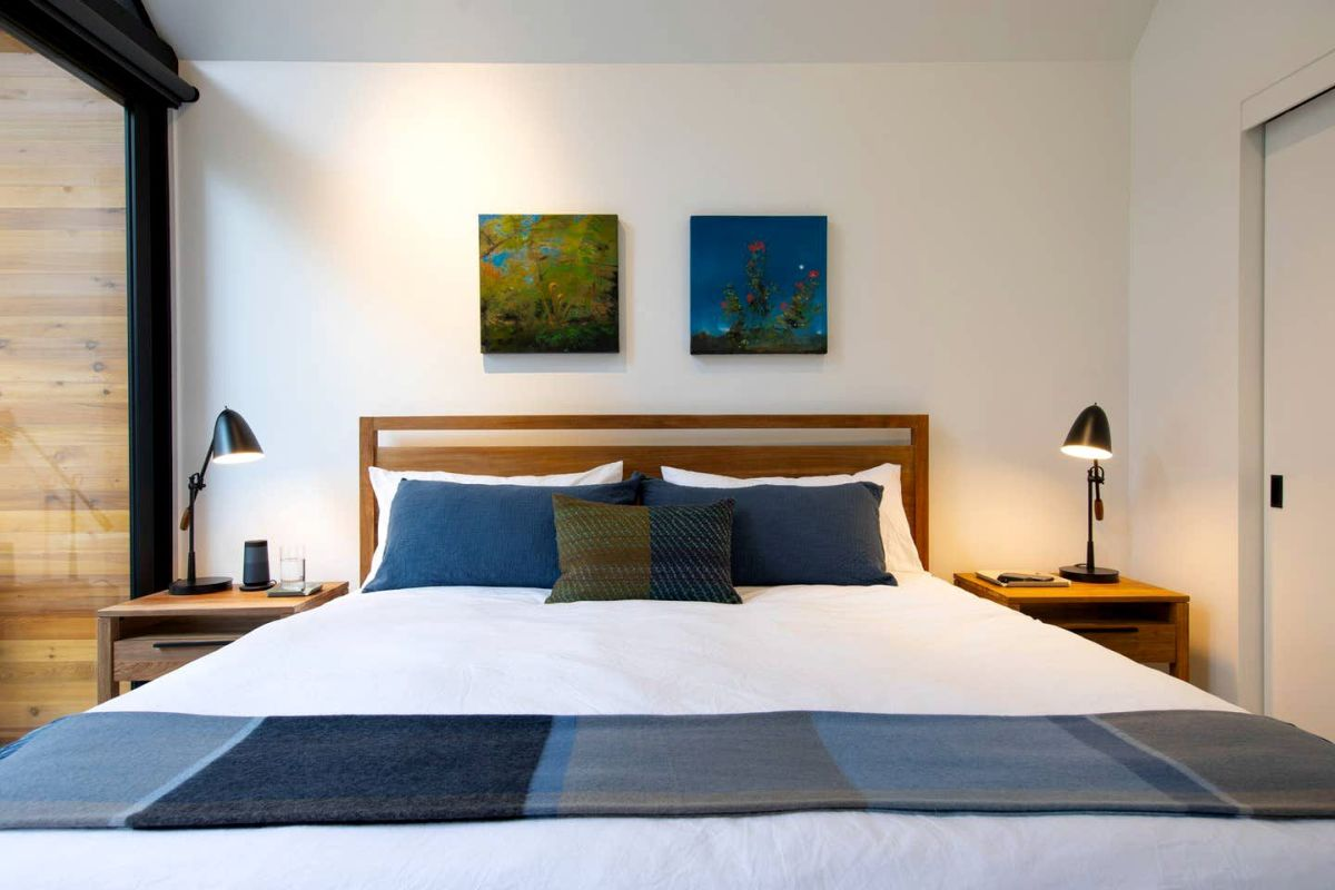 The simple white walls of the cabin are decorated with local artwork which adds a dash of color to the decor