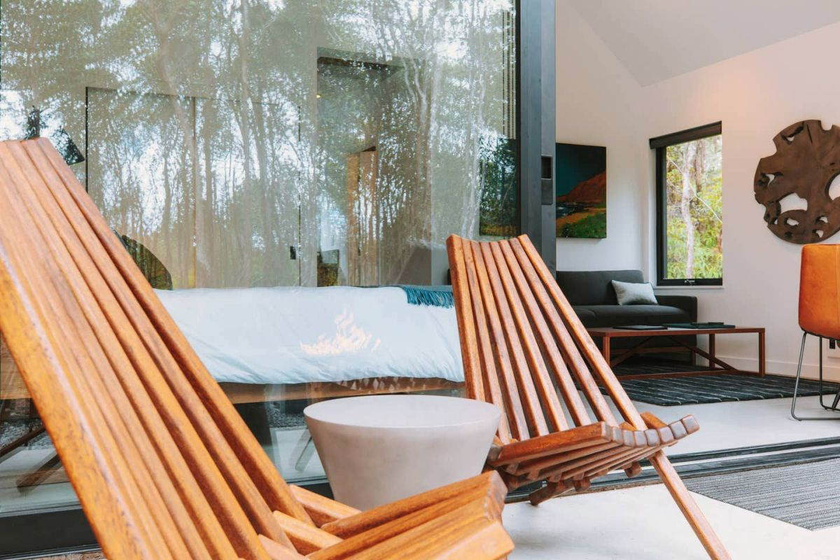 The bed is placed parallel to the patio and has a panoramic view of the outdoor areas