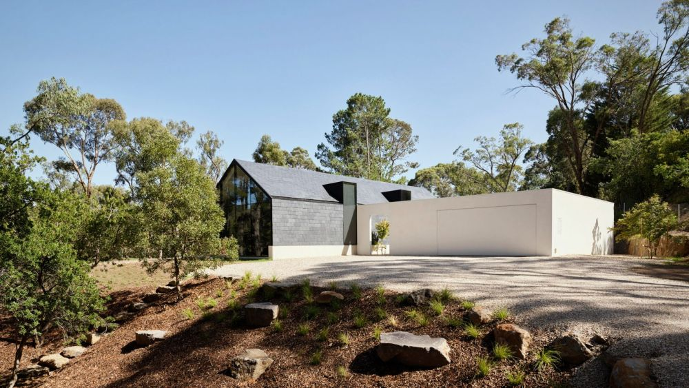 The house is structured into two big volumes perpendicular to one another