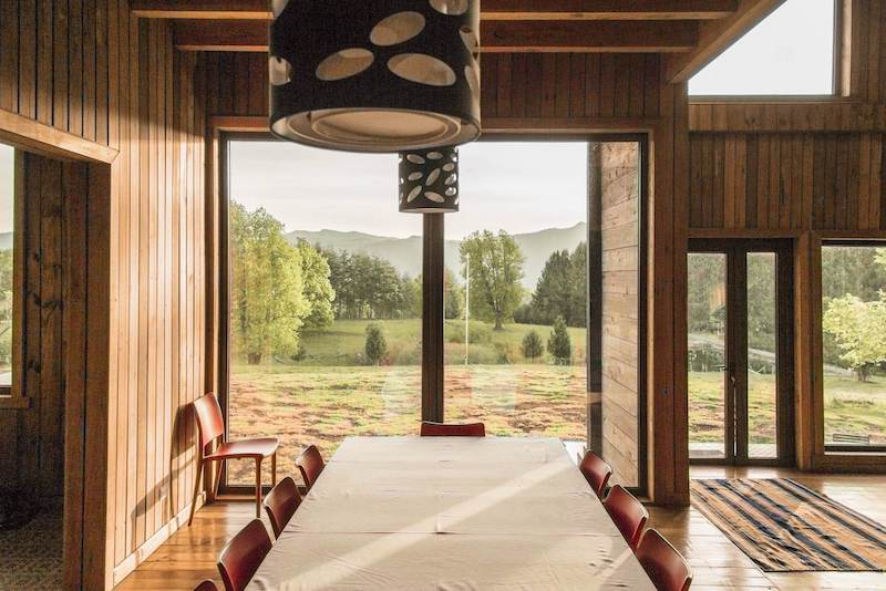 The dining area is a privileged space that has large windows that bring the outdoors in
