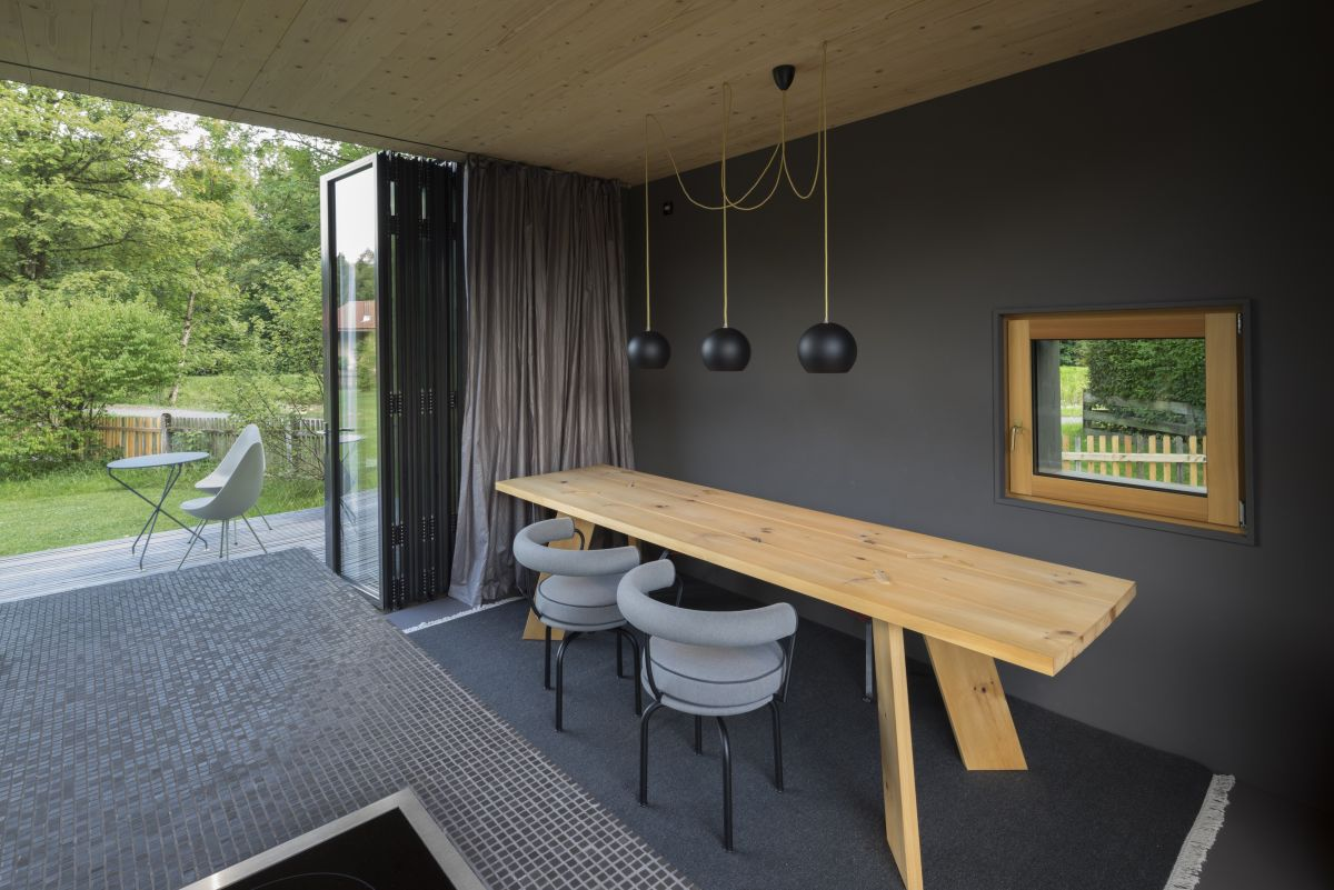 The dining area and the kitchen can be extended outside towards the garden