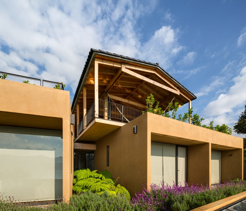 The design of the house also takes advantage of the inclination and orientation of the site