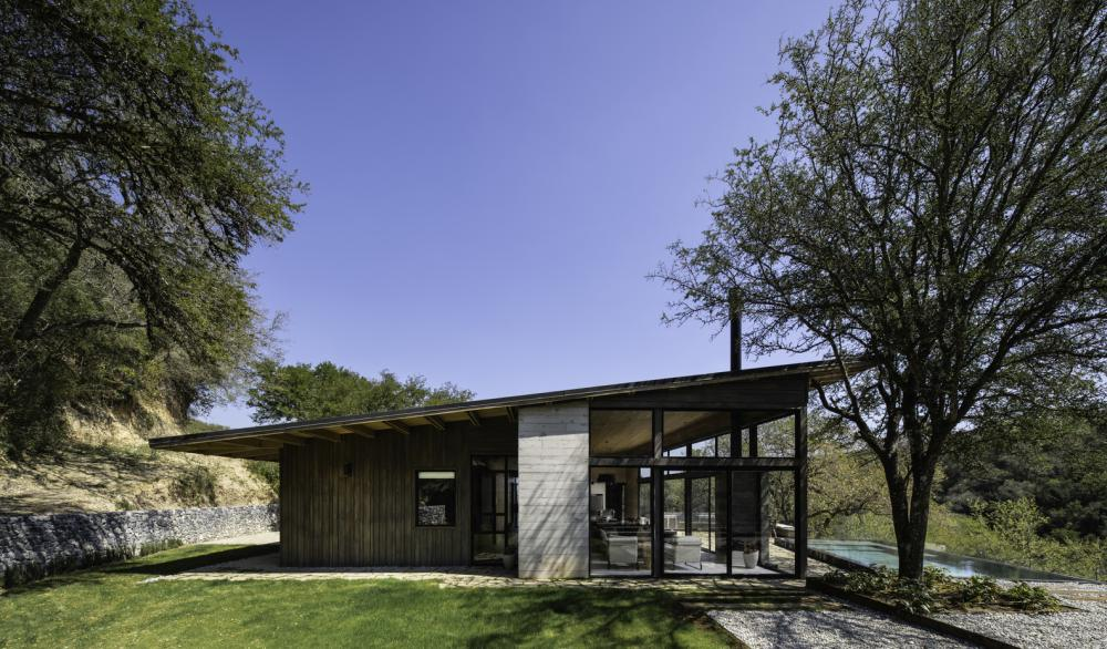 The angled roof focuses the attention towards the valley and the panoramic views