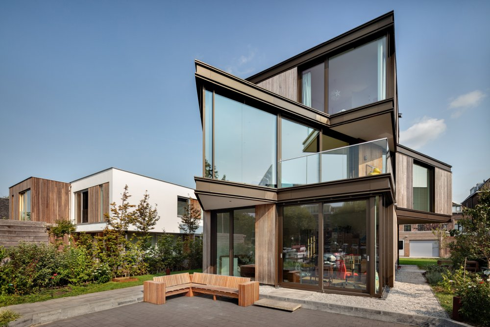 The back side of the villa has a very angular and eye-catching geometry
