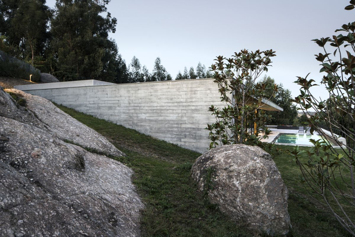 The solid exterior walls which extend around the house create a series of sheltered outdoor areas
