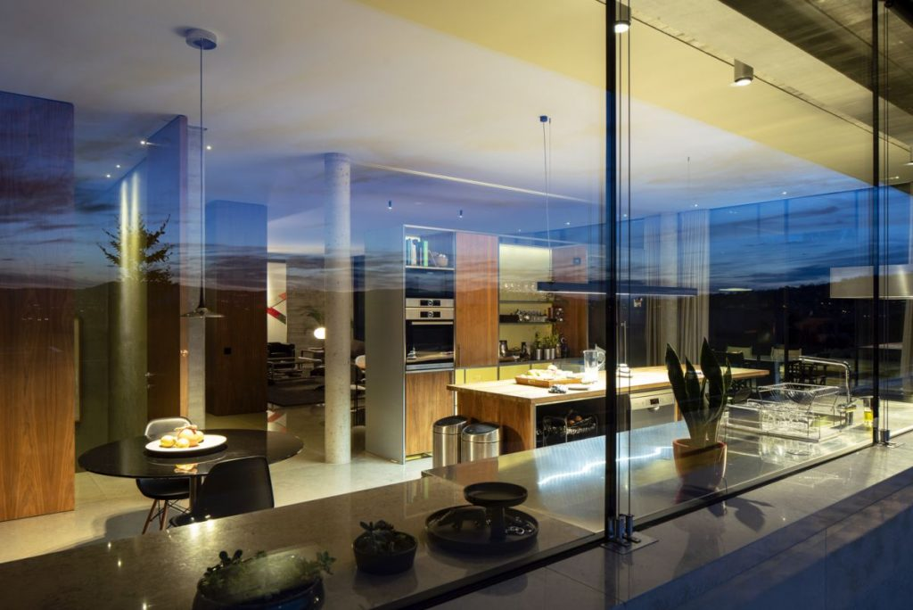 The distribution of the spaces within the house takes into account both the solar exposure and the views which can be enjoyed from each section