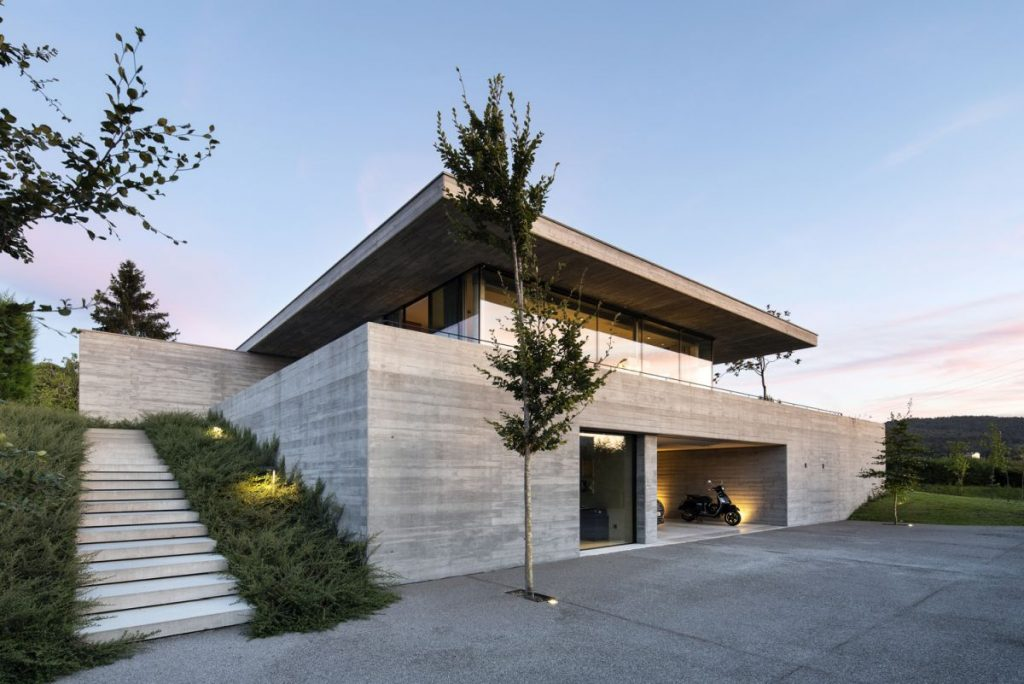 The building embraces the slope and enjoys a harmonious connection to its immediate surroundings