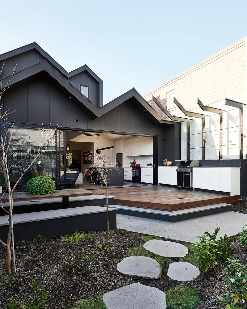 The backyard has an outdoor kitchen which in placed in the continuation of the indoor one