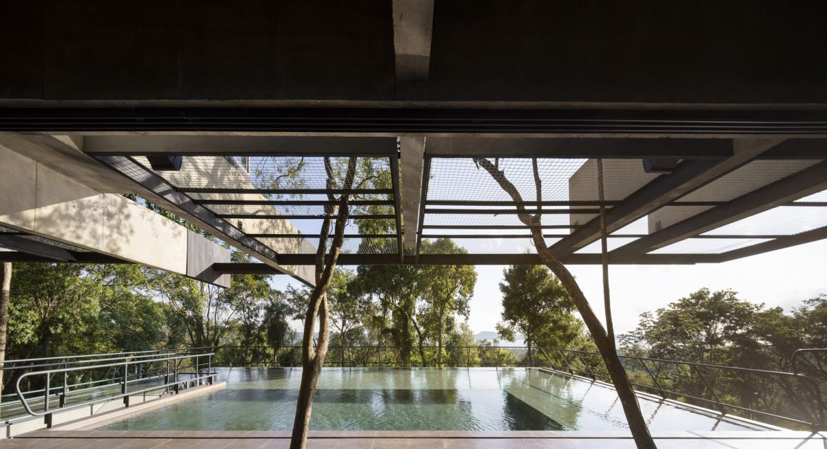 Earth and water come together to frame the house and to immerse it into the landscape