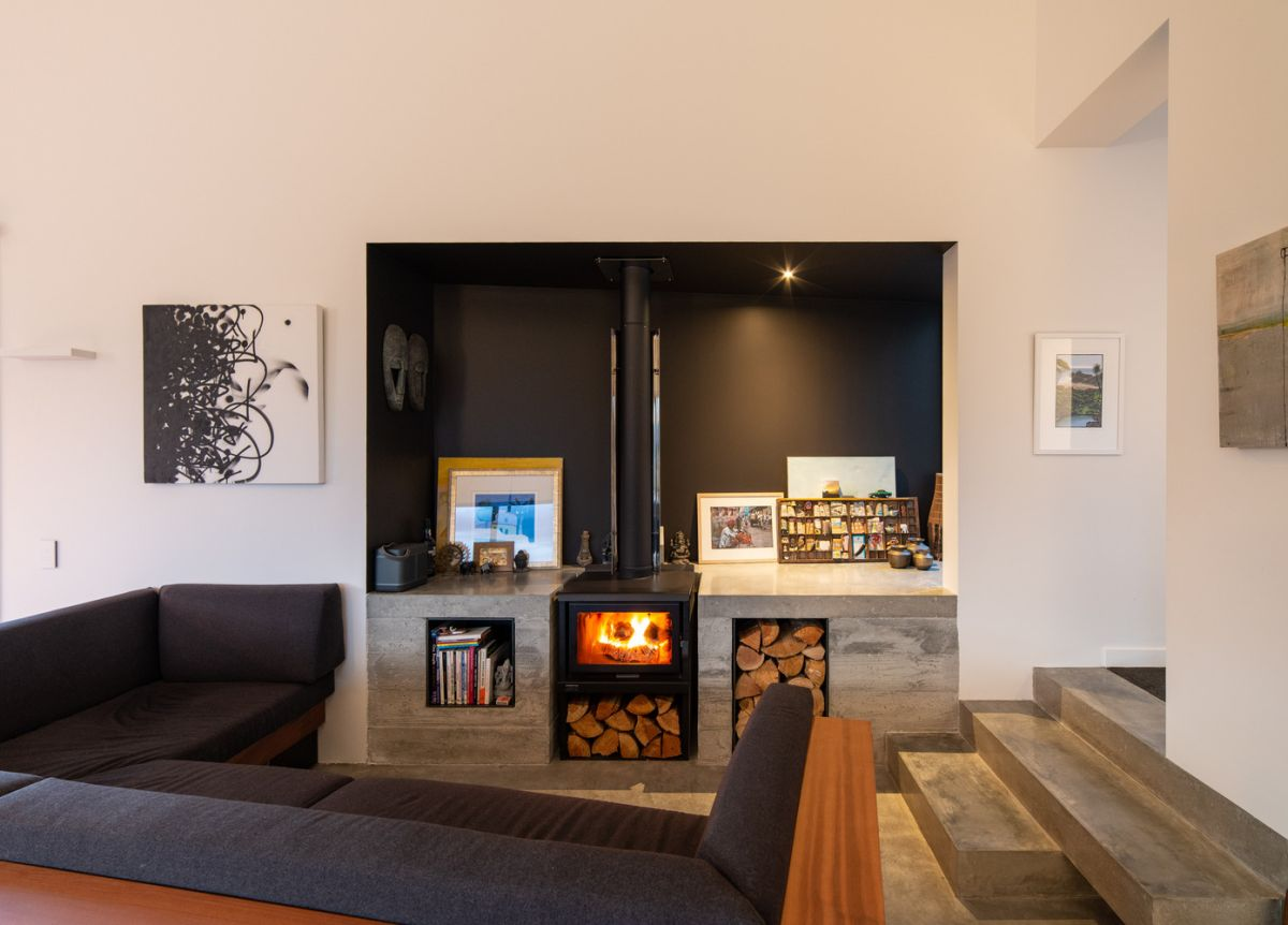 Dark color tones are strategically inserted into the decor in order to create an intimate and comfortable ambiance