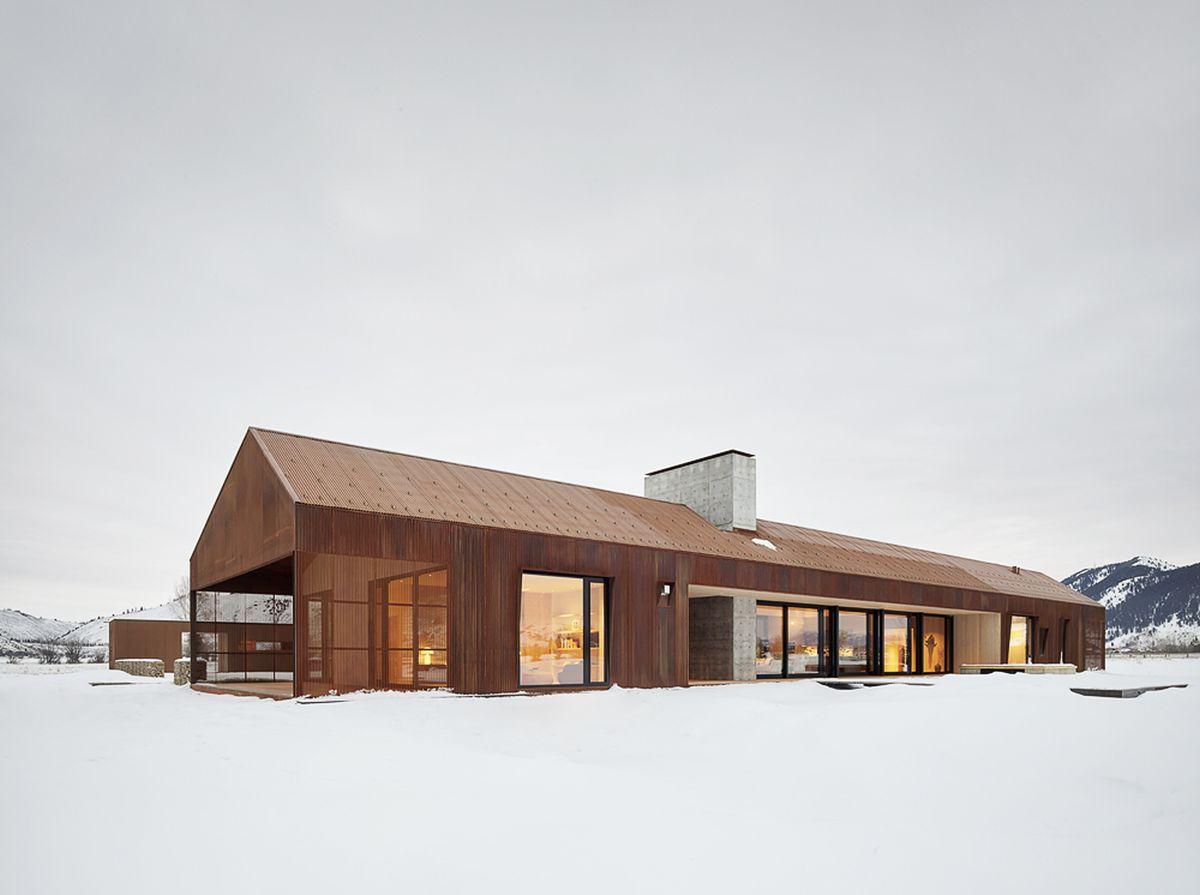 The house retains certain similarities with rustic barns but has a simple and modern aesthetic