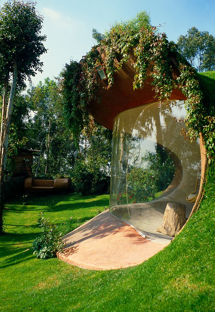 The window wraps around the social area like a shield and is slightly curved, in tone with the design