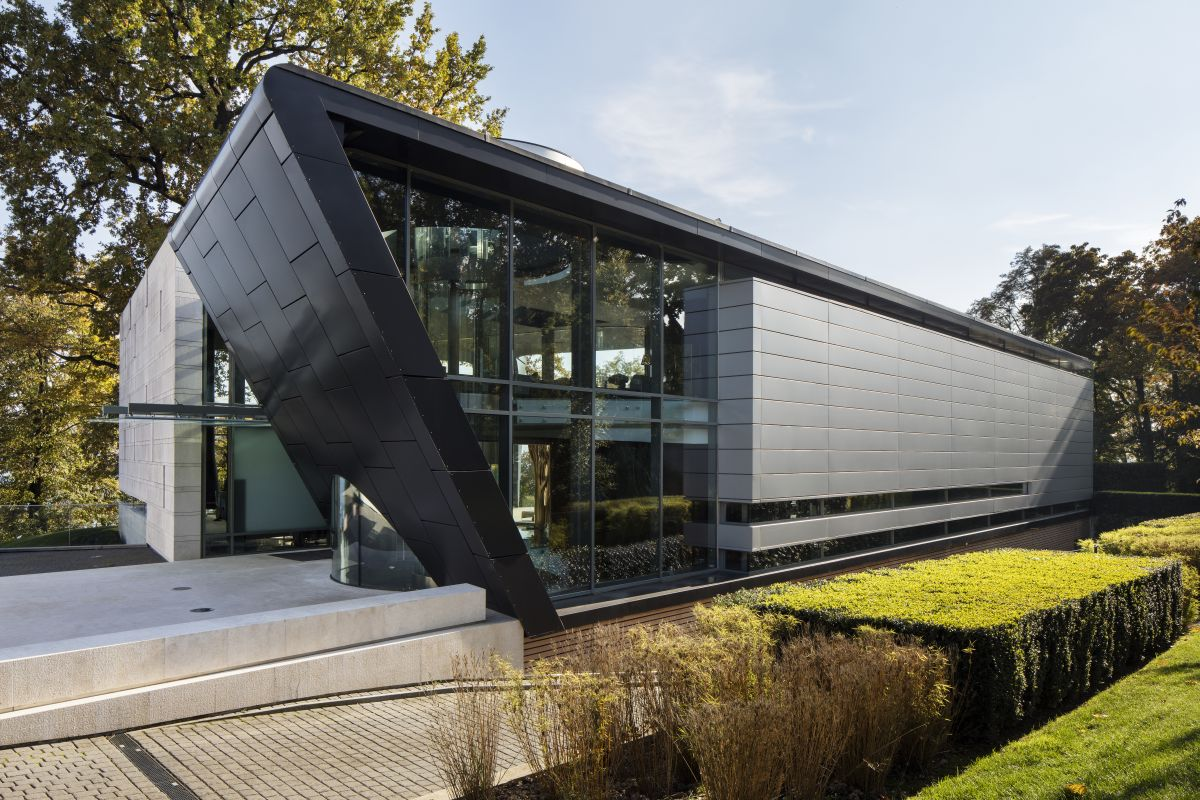 The house features a very interesting geometry which helps it stand out but also allows to fit within the triangular-shaped site