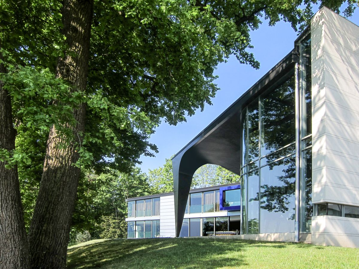 The house has a sculptural design which emphasizes the use of curved structures and surfaces