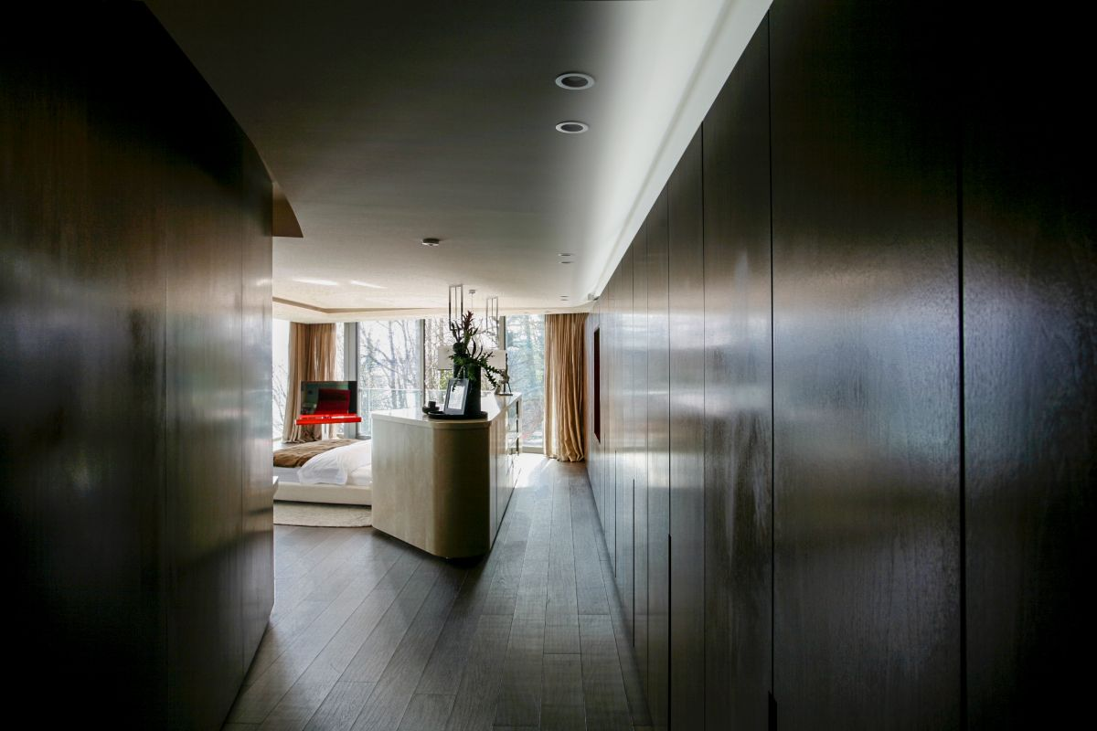 The same smooth and delicate lines and sculptural forms also define the bedroom suites