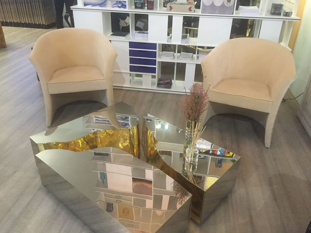 This is a table split in three, with interior edges that reveal a touch of gold which complements the mirrored top