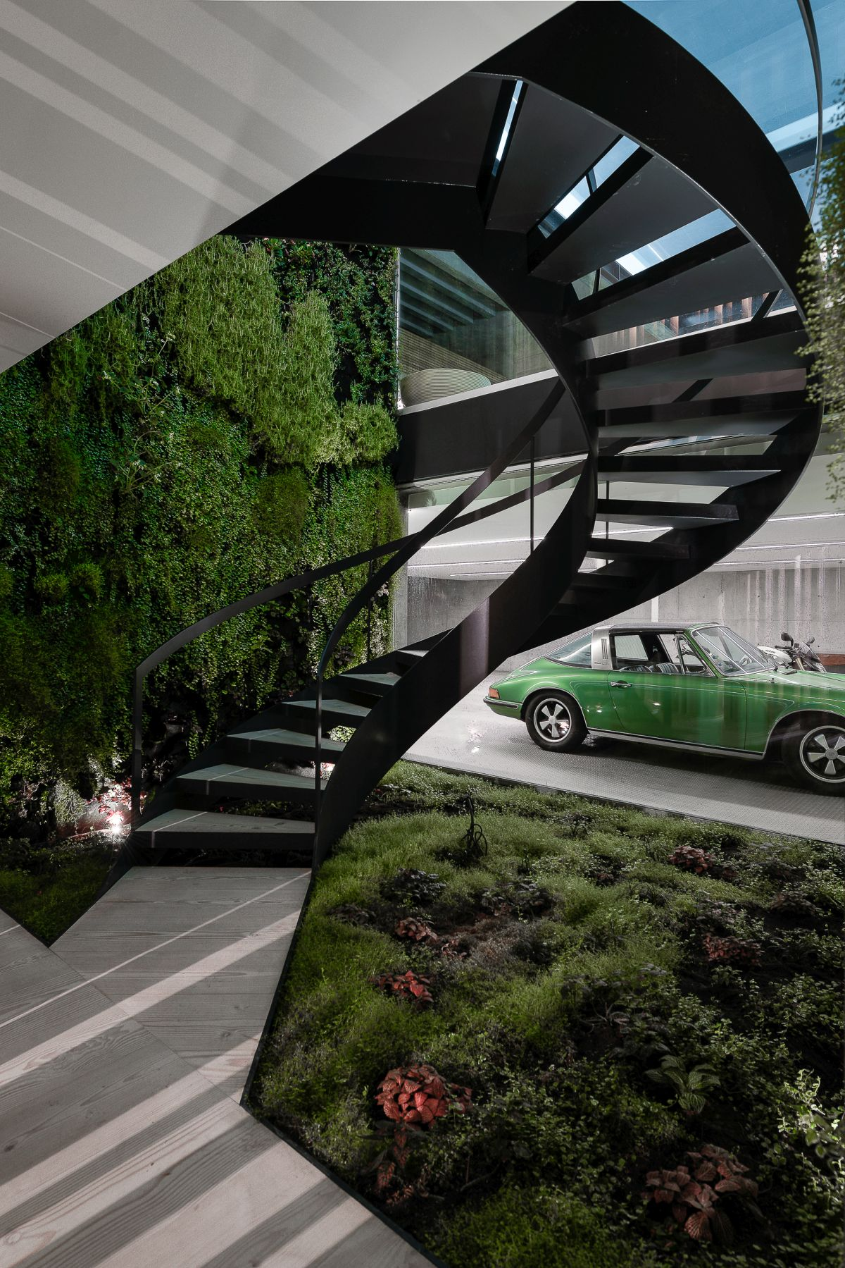 Low, natural plantings between the house and garage enhance the glass feature.