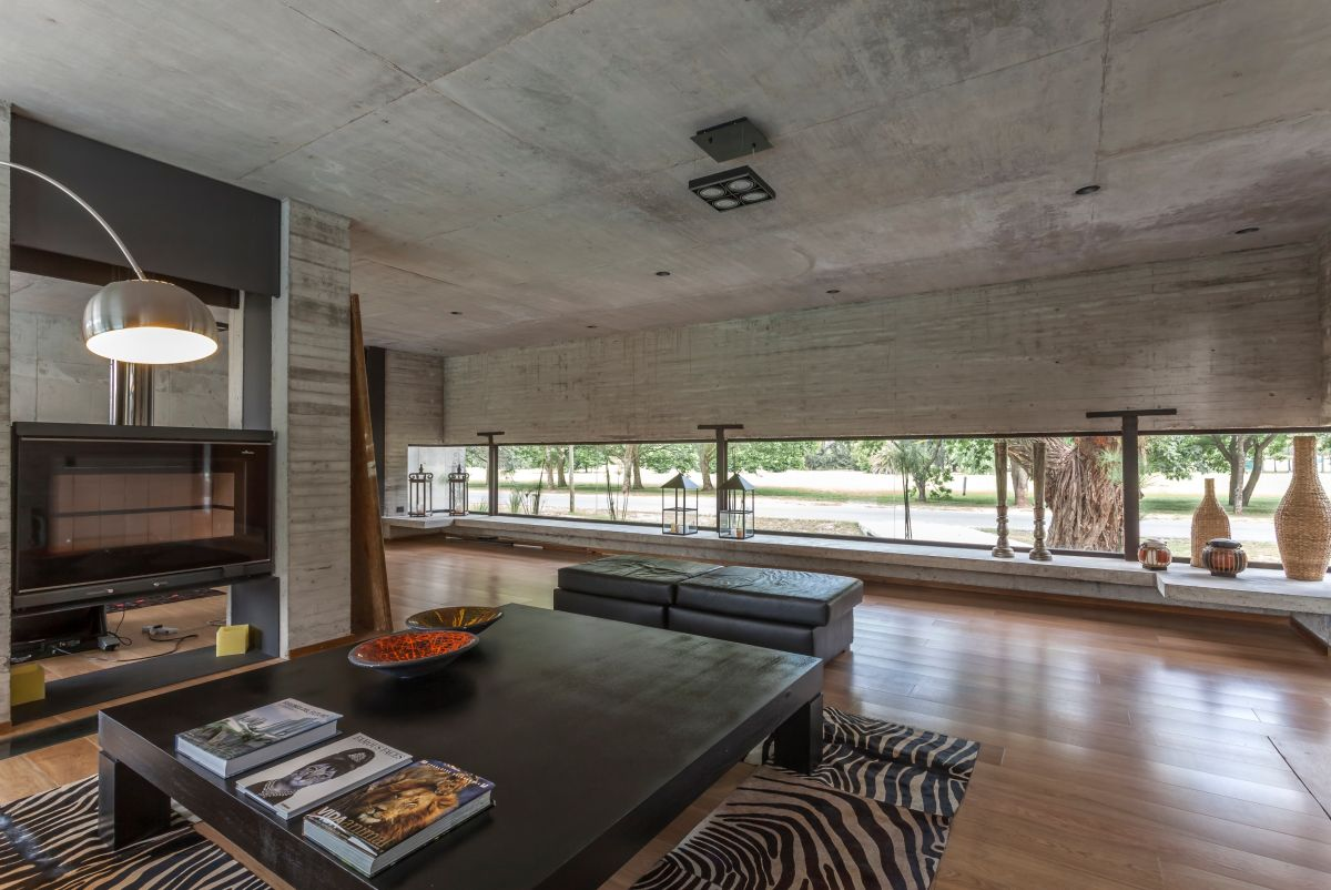 Variations in the look of the concrete add interest to the walls.