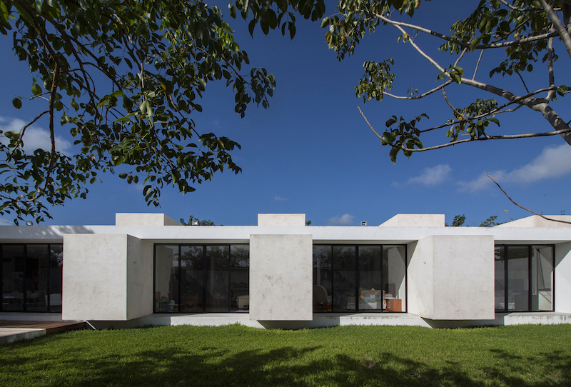 The geometry of the house is a very simple and clean one, defined by large blocks