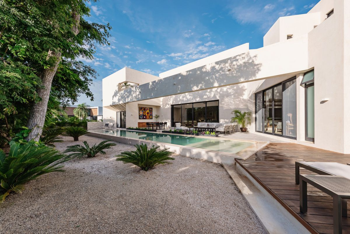 The outdoor terraces follow the outline of the house, acting as extensions for the indoor living areas