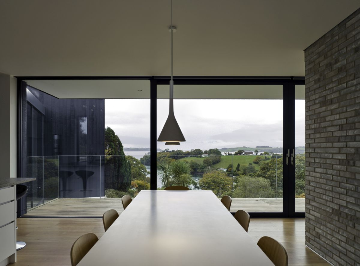 The glass railings frame the terrace without obstructing the views,seamlessly connecting the indoor to the outdoor