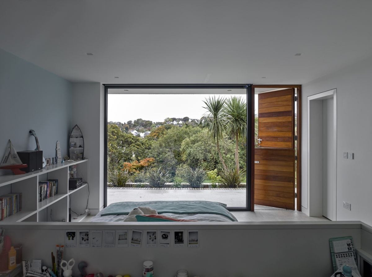 The bedrooms are exposed to the views without sacrificing their privacy