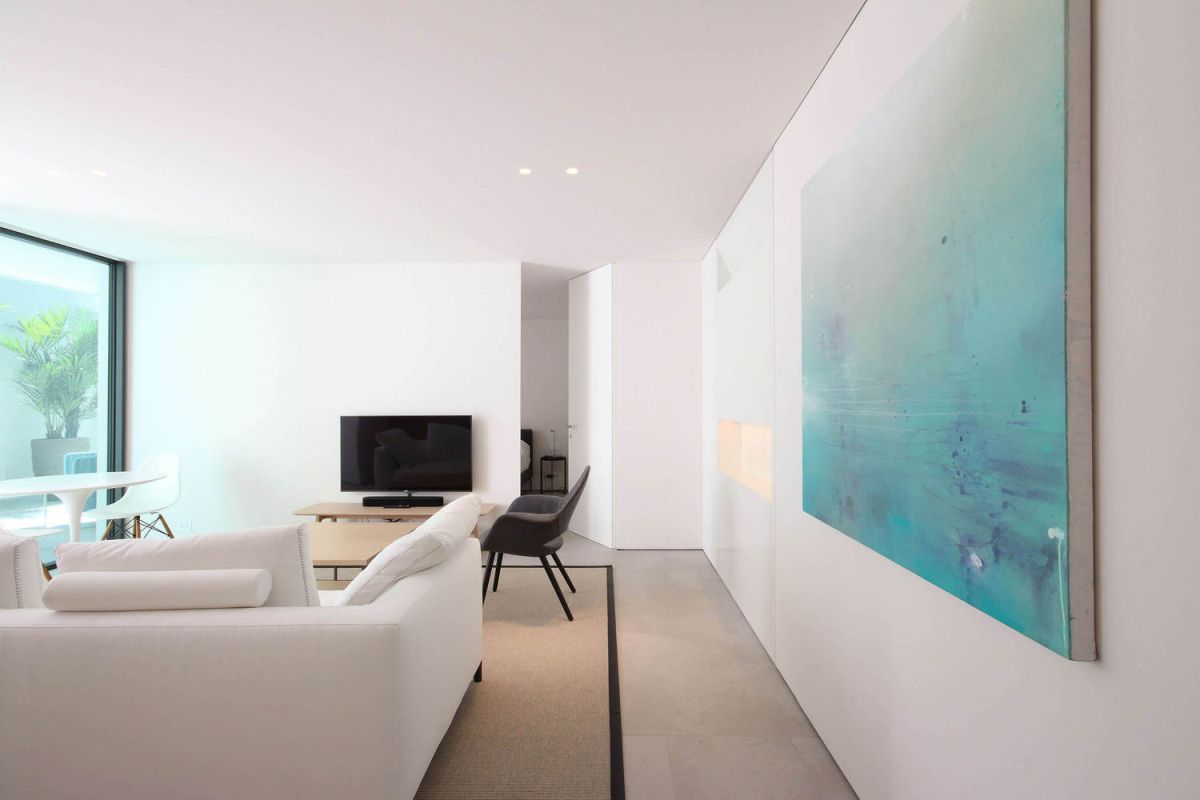The interior design is simple and refined and the decor is very bright and breezy, suiting for a beach house
