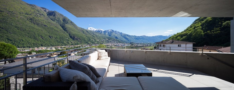 This spacious lounge terrace is protected by the cantilevered roof and offers sweeping views of the landscape
