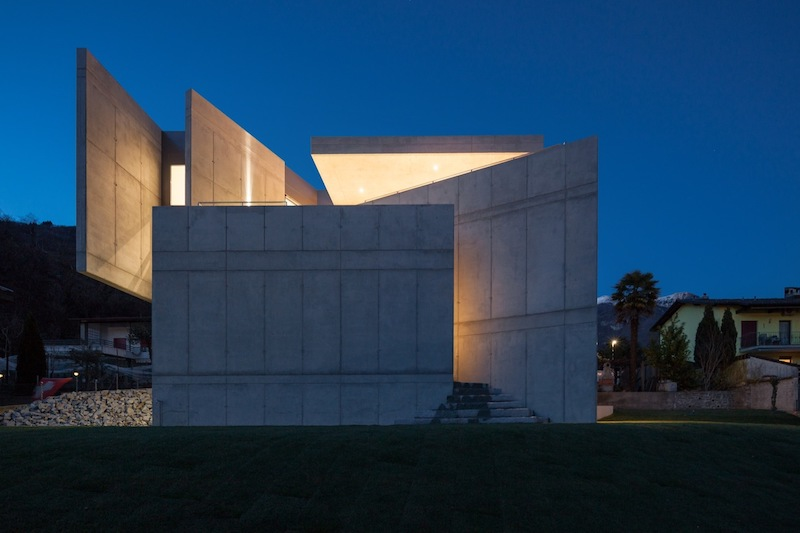 The large concrete walls that frame the house ensure privacy for the interior spaces