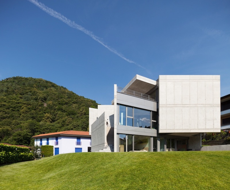 The house is more open towards the valley in order to better capture and frame the view