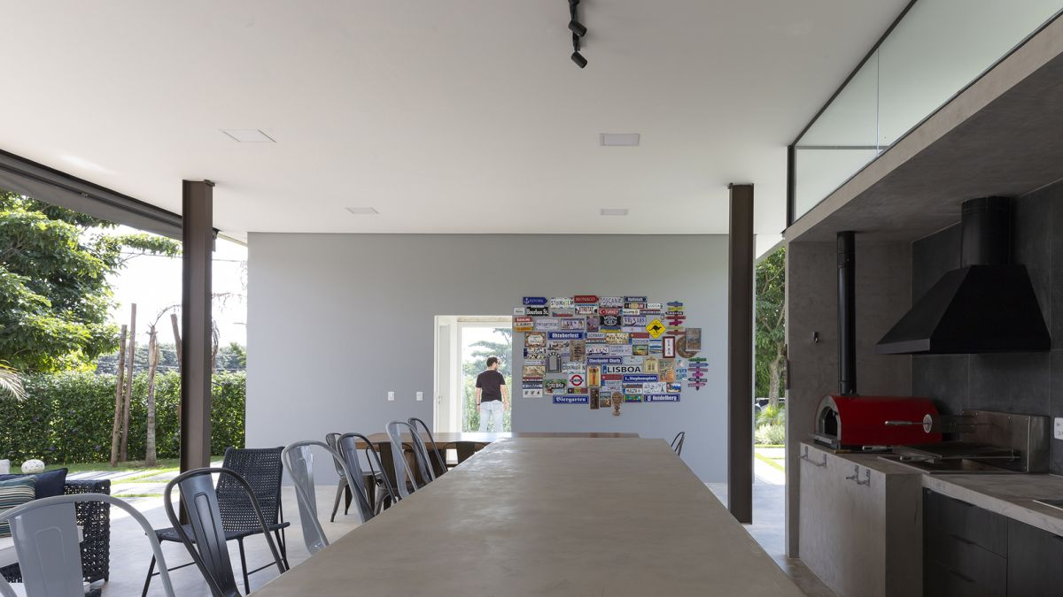The interior of the house has a strong industrial aesthetic as well, although on a different, smoother level