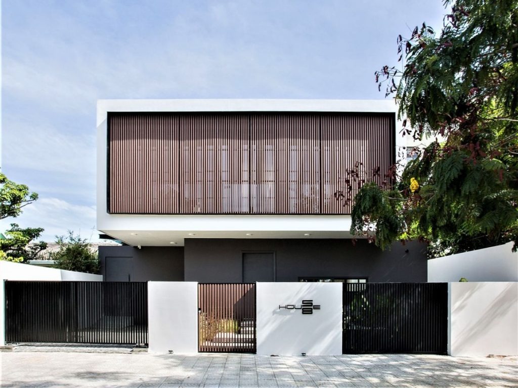 The house is structured into two volumes with contrast exterior colors