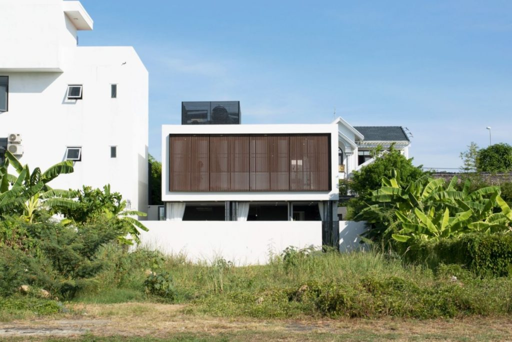 The house is closed towards the neighboring buildings for maximum privacy and also has security and alarm systems installed