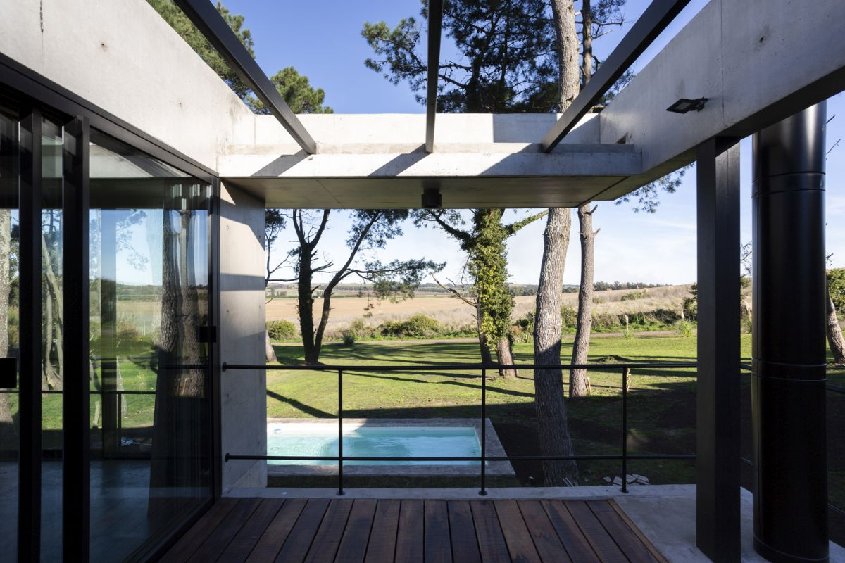 Large beams and slabs frame the beautiful countryside landscape and give the house a layered look