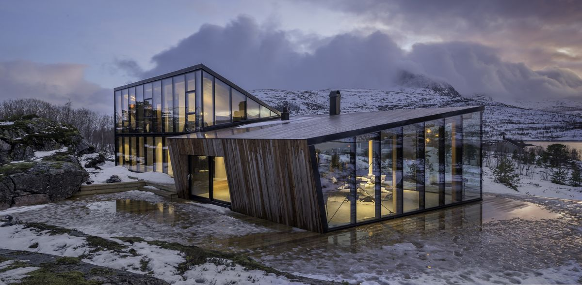 The cabin is a pair of two volumes with similar aesthetics but different enough to stand out individually