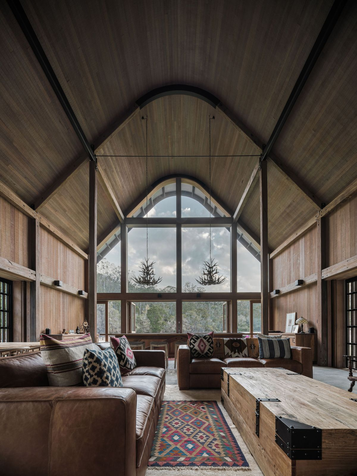 The interior design has strong rustic vibes and maintains a very simple and earthy color palette