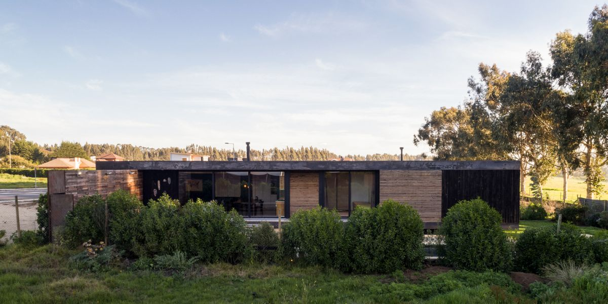 The house has a very simple and clean geometry and a flat roof, a look that keeps the cost low