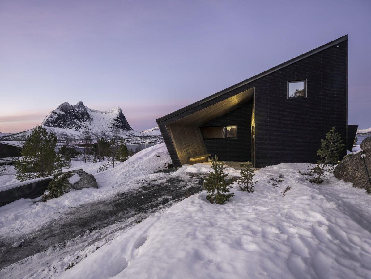 The cabin as a whole is a balanced duet of open and closed spaces designed to achieve harmony between views and privacy